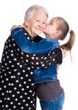 Nipote che bacia sua nonna Fotografia Stock