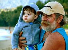 Nipote della holding dell'uomo Fotografia Stock Libera da Diritti