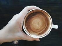 Nippen an einem guten Kaffee Stockfotos