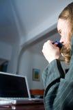 Nippende Thee en het Lezen van E-mail Stock Foto
