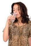 Nippender Champagner der Frau stockbild