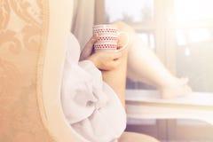 Nippender Kaffee der Frau in einem magischen Moment der Ruhe Stockfotografie
