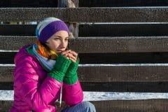 Nippender Kaffee der jungen Frau von einer Thermosflascheschale auf einem Winter mornin stockbilder