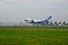 Nippon Cargo Airlines hyvlar landning till landningsbanor på den internationella flygplatsen för suvarnabhumien i Bangkok, Thaila arkivbild