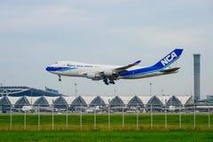Nippon Cargo Airlines hyvlar landning till landningsbanor på den internationella flygplatsen för suvarnabhumien i Bangkok, Thaila arkivfoto