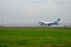 Nippon Cargo Airlines hyvlar landning till landningsbanor p? den internationella flygplatsen f?r suvarnabhumien i Bangkok, Thaila royaltyfria foton