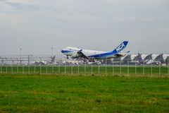 Nippon Cargo Airlines surfacent l'atterrissage aux pistes à l'aéroport international de suvarnabhumi à Bangkok, Thaïlande Photographie stock