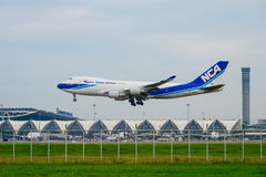 Nippon Cargo Airlines surfacent l'atterrissage aux pistes à l'aéroport international de suvarnabhumi à Bangkok, Thaïlande Photo stock