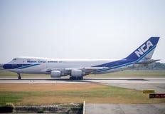 Nippon lastflygbolag Boeing 747-400F som tar av från Suvarnabhum Arkivfoto