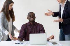 Nirvana de alcance da negociação afro-americano feliz do trabalhador no trabalho imagens de stock