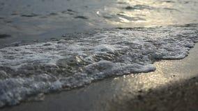 Nirvana na praia - cena idílico calma de um por do sol dourado sobre o mar, ondas que espirram lentamente na areia filme