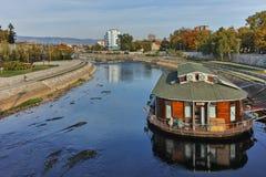 NIS,塞尔维亚2017年10月21日:Nis和Nisava河城市全景  库存图片