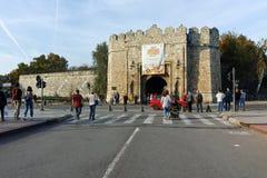 NIS,塞尔维亚2017年10月21日:Nis城市堡垒入口日落视图  免版税库存照片