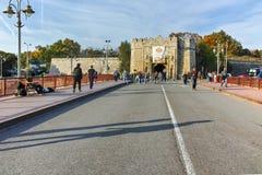 NIS,塞尔维亚2017年10月21日:Nis城市堡垒入口日落视图  免版税库存图片