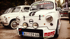 Nis, Sérvia - 8 de outubro de 2016: O temporizador velho Fiat 750 manufaturado desde 1955 até 1985 com um projeto distintivo do c Foto de Stock