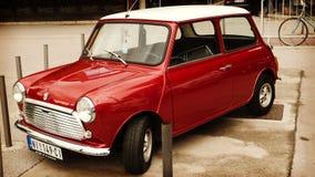 Nis, Sérvia - 8 de outubro de 2016: Temporizador idoso Morris Mini-Super Deluxe manufaturado desde 1963 O mini original foi consi Foto de Stock