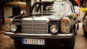 Nis Serbia, Październik, - 08, 2016: Stary zegar Mercedez 200 serii produkujących w 1975 z chrom częściami ciała i wyróżniającym  fotografia stock
