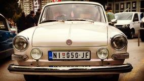 Nis, Serbien - 8. Oktober 2016: Volkswagen VW-Zeitlimit-COUPÉ OLDTIMER 1600 seit 1972 hergestellt Das Auto trägt ein modernes Des Stockfotos