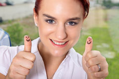 Nisce bedrijfsvrouw met omhoog dreunen Royalty-vrije Stock Fotografie