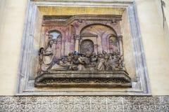 Nisch med den skulpturala framställningen på fasaden av en gata i staden av Seville, Spanien royaltyfri foto