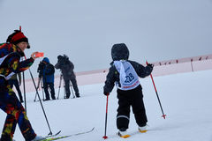 NISCHNI NOWGOROD, RUSSLAND - 11. FEBRUAR 2017: Ski Competition Russia 2017 Blau, Vorstand, Kostgänger, Einstieg, Übung, Extrem, S Lizenzfreie Stockfotografie