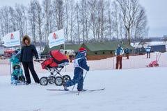 NISCHNI NOWGOROD, RUSSLAND - 11. FEBRUAR 2017: Ski Competition Russia 2017 Blau, Vorstand, Kostgänger, Einstieg, Übung, Extrem, S Lizenzfreies Stockbild