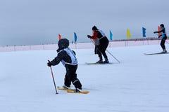 NISCHNI NOWGOROD, RUSSLAND - 11. FEBRUAR 2017: Ski Competition Russia 2017 Blau, Vorstand, Kostgänger, Einstieg, Übung, Extrem, S Stockfotografie