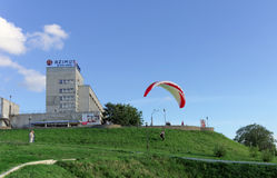 Nischni Nowgorod, Russland - 26. Juni 2014 Beginnen von Gleitschirmfliegen von der hohen Bank der Wolgas in Nischni Nowgorod Stockfoto