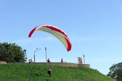 Nischni Nowgorod, Russland - 26. Juni 2014 Beginnen von Gleitschirmfliegen von der hohen Bank der Wolgas in Nischni Nowgorod Lizenzfreie Stockfotos