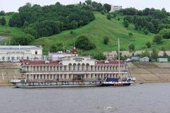 Nischni Nowgorod, Russland - 11. Juni 2014 Romodanovsky-Pier auf dem Fluss Oka Stockfotografie