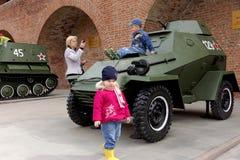 Nischni Nowgorod, Russland - 3. Mai 2013 Kinder, die auf dem Panzerkampfwagen BA-64 an der Ausstellung der militärischer Ausrüstu Lizenzfreie Stockfotografie