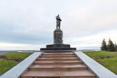 Nischni Nowgorod, Russland - 11. November 2015 MonumentPilot Chkalov auf Damm von der Wolga Stockfotografie