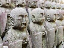 NISEKO, JAPAN JUNI 28 - 2017: Gestenigde die smalll standbeelden van buddhas op een rij in Niseko, Japan worden gevestigd Royalty-vrije Stock Foto's