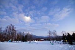 Niseko-Winter mit dem Mond Lizenzfreie Stockbilder