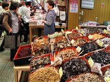 Nishiki marknad, Kyoto royaltyfria foton