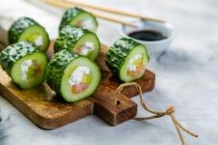 Niska carb suszi alternatywa - ogórkowy suszi z łososiem i avocado Obraz Stock