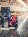 Niska część podróżnik z plecakiem w dworcu Fotografia Stock