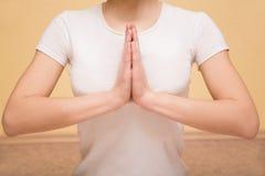 Niska część robi joga ćwiczeniu z facetem na tle młoda kobieta Obrazy Royalty Free