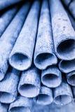 Niska głębia pole wizerunek metal drymby sterta w błękitnym cienia brzmieniu Obraz Royalty Free