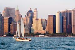 Niska Manhattan linia horyzontu w Nowy Jork z żaglówką Zdjęcia Royalty Free