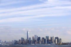 Niska Manhattan linia horyzontu z niebieskim niebem i chmurami widzieć od s obrazy stock