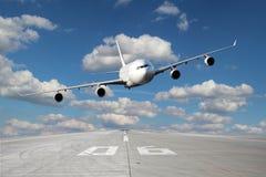 Niska przepustka biały samolot Fotografia Stock