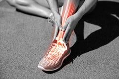 Niska sekcja żeńskiej atlety cierpienie od bólu na śladzie zdjęcie royalty free