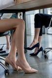 niska sekcja bizneswomany w wysokości heeled butów siedzieć obraz royalty free