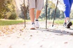 Niska sekcja dysponowany starszy pary odprowadzenie na footpath podczas jesieni zdjęcia royalty free