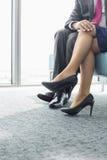Niska sekcja flirtuje z żeńskim kolegą w biurze biznesmen obraz royalty free