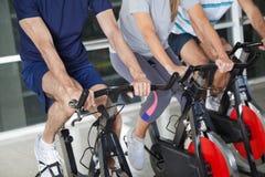 Niska sekcja ludzie Na ćwiczenie rowerach fotografia stock