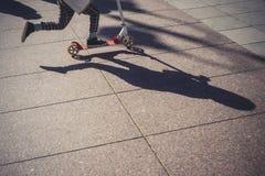 Niska sekcja małe dziecko jeździecka hulajnoga na ulicie zdjęcie stock