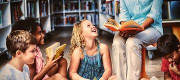 Niska sekcja nauczyciel z dziecko czytelniczą książką obrazy royalty free