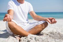 Niska sekcja robi medytaci przy plażą mężczyzna obrazy royalty free